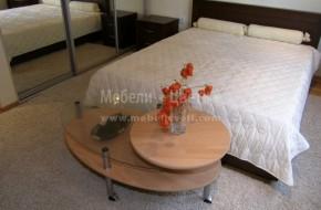 """Масивна спалня от бук в цвят - среден орех. Леглото е модел """"Онда"""" с подматрачна рамка."""