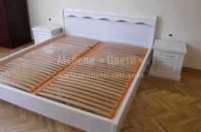 Леглото и шкафчетата са от масивен бук и са байцвани с бяла боя на Вернилак