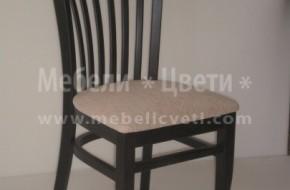 Стола е с размер на седалката 450/450 мм